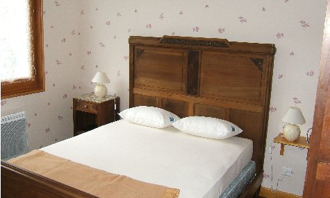 Location Besse-Super-Besse : Chambre adulte
